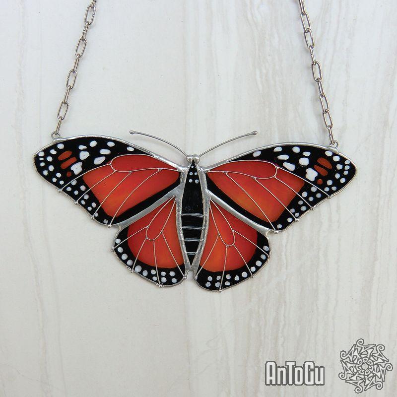 Modelem této vitráži stál motýl Monarcha Stěhovavý. Detaily sklíček jsou ručně domalovávané. (kliknutí na obrázek Vás přesměruje na náhled v našem ESHOPu)